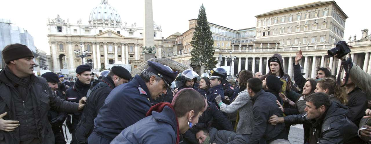 La policía italiana, que controla la seguridad del recinto vaticano, procedió a expulsarles.