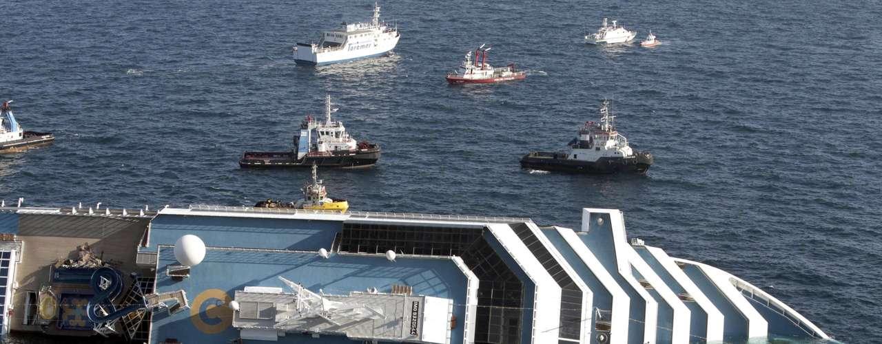 Los grupos de rescate reanudaron el lunes 16 de enero las labores de búsqueda de sobrevivientes entre los restos del crucero hundido, luego de que el trabajo fue interrumpido horas antes cuando el enorme casco del barco comenzó a rotar peligrosamente sobre la roca donde encalló.