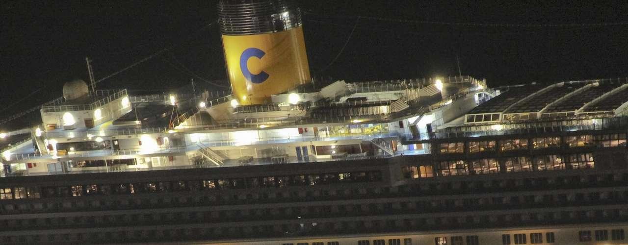 Un crucero con más de 4.000 personas a bordo encalló en la costa