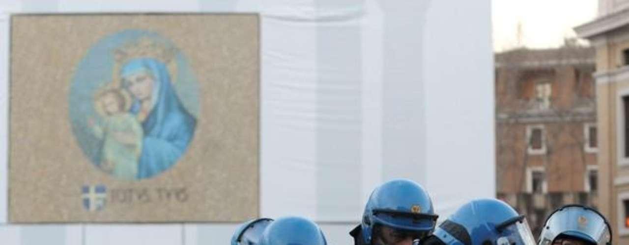 Hemos venido a manifestarnos en San Pedro para apropiarnos de una plaza que, como todas, debe ser del pueblo. El nuestro es un gesto simbólico para denunciar que el Vaticano tiene muchas riquezas y no paga tasas, no sufre la crisis, afirmó Giovanni, de 24 años, uno de los pocos indignados que hablaba italiano, pues la mayor parte eran franceses, españoles y de otros países europeos.