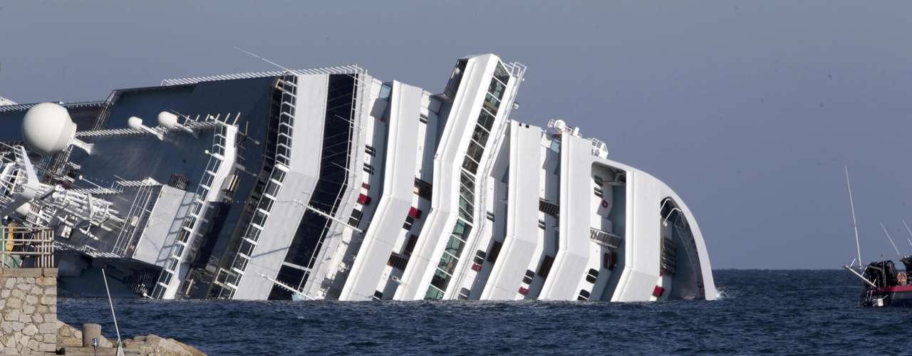 Entre 100 y 150 personas fueron rescatadas del mar por los equipos de socorro en las primeras labores de salvamento.