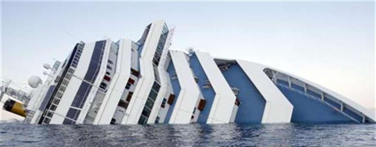 Imagen del crucero Concordia, que encalló frente a la costa occidental de la isla italiana de Giglio