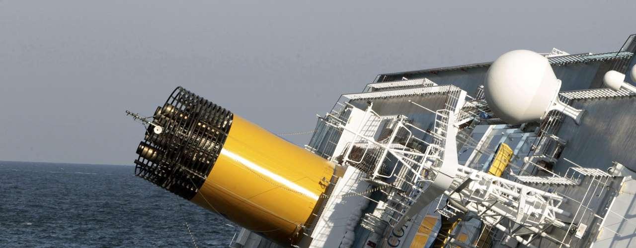 Quienes se encontraban a bordo describen que el barco se inclinó repentinamente hacia la izquierda.