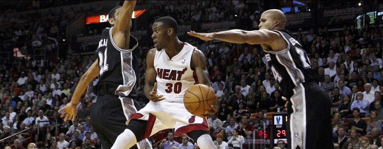 Sin Wade en la duela el Heat de Miami aplasta 120-98 a los Spurs