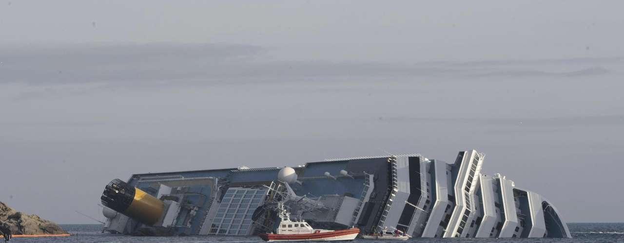Imágenes del encallamiento del Costa Concordia frente a la isla de Giglio. En estas fotografías se expone el área de un posible desastre ambiental tras el accidente.