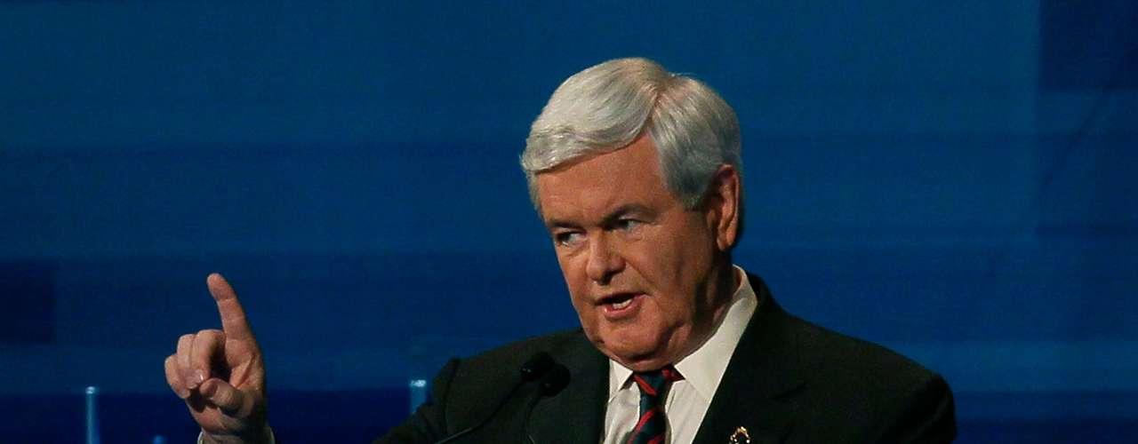 """Newt Gingrich - Para Ulrich este candidato es muy inteligente y eso es positivo, pero  se comporta como un profesor. """"Ahí el problema, es que tiende a hablarle a su audiencia con una pose de superioridad como si le hablase a sus alumnos"""", sostiene. Además el experto en lenguaje corporal explica que Gingrich tiene la costumbre de poner un hombro hacia la audiencia, lo que se conoce como """"cold shoulder"""" u """"hombro frío""""  y eso perjudica la conexión de él con la gente. Finalmente para Ulrich, su mirada hacia abajo es algo que debería mejorar si quiere ganar popularidad entre los electores."""