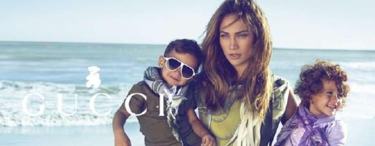 Jennifer López posó junto a sus hijos en la playa, y luego fue la anfitriona de una fiesta de lanzamiento de la colección Gucci para chicos.