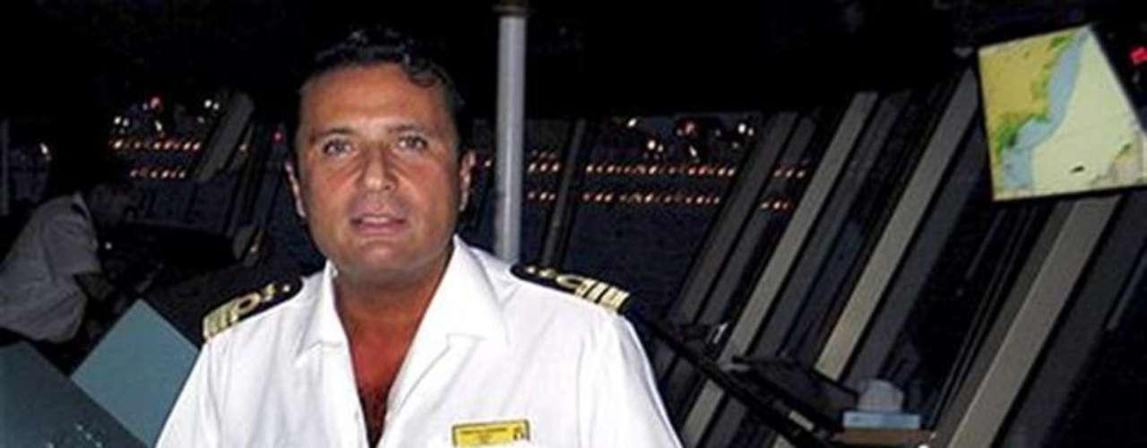 Imagen de archivo del capitán del crucero Costa Concordia, Francesco Schettino. El capitán abandonó el crucero hacia las 23.30 hora local (22.30 GMT) en una lancha salvavidas.