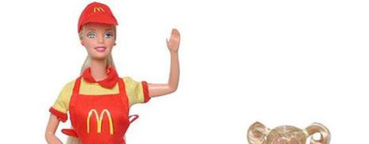 En 1982 Mattel lanzó Barbie McDonalds, una muñeca que actúa como empleada de la tienda de hamburguesas, una de las más cuestionadas por el impacto en la salud de los chicos.