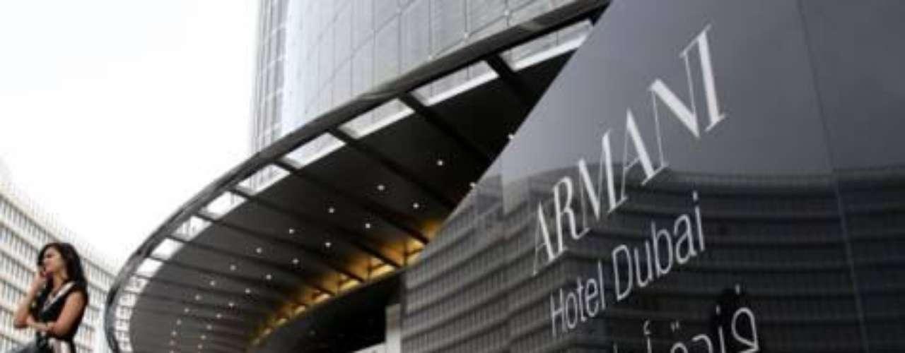 Armani Hotel Dubai. Tiene 160 habitaciones y exclusivas tiendas. Fue diseñado por Giorgio Armani y dispone de entrada privada en las 11 plantas del Burj Khalifa de Emiratos Árabes Unidos.