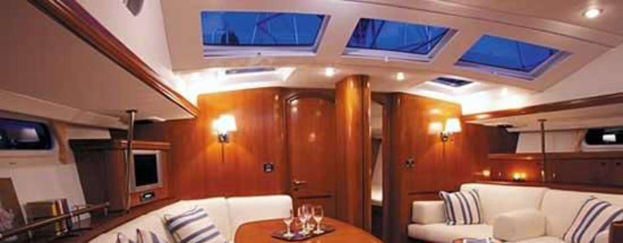 Beneteau. Los astilleros Beneteau son diseñadores y fabricantes de barcos desde 1884. Propone una variada gama de modelos de crucero, crucero-regata, regata así como en barcos a motor para poder responder a todos los sueños de navegación, tanto en vela como en motonautismo.