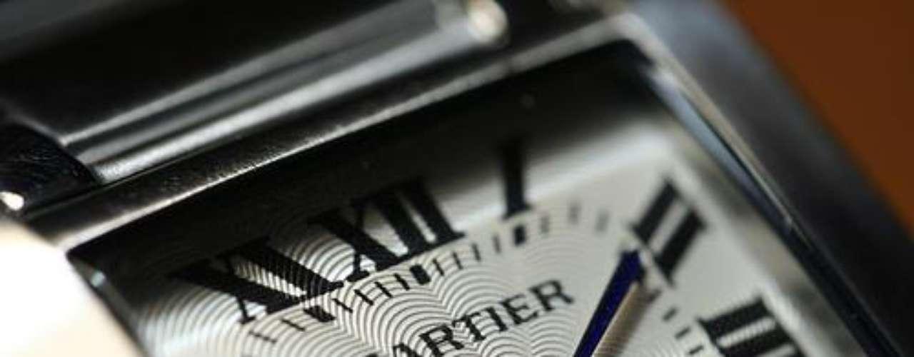 Cartier. Fábrica francesa de relojes y joyas fundada en 1847 por Louis-François Cartier, perteneciente al grupo suizo de bienes de lujo Richemont. Es una manufactura relojera, dado que muchos de sus relojes cuentan con mecanismos de factura propia. La corporación lleva el nombre de la familia de joyeros Cartier, cuyo control finalizó en 1964.