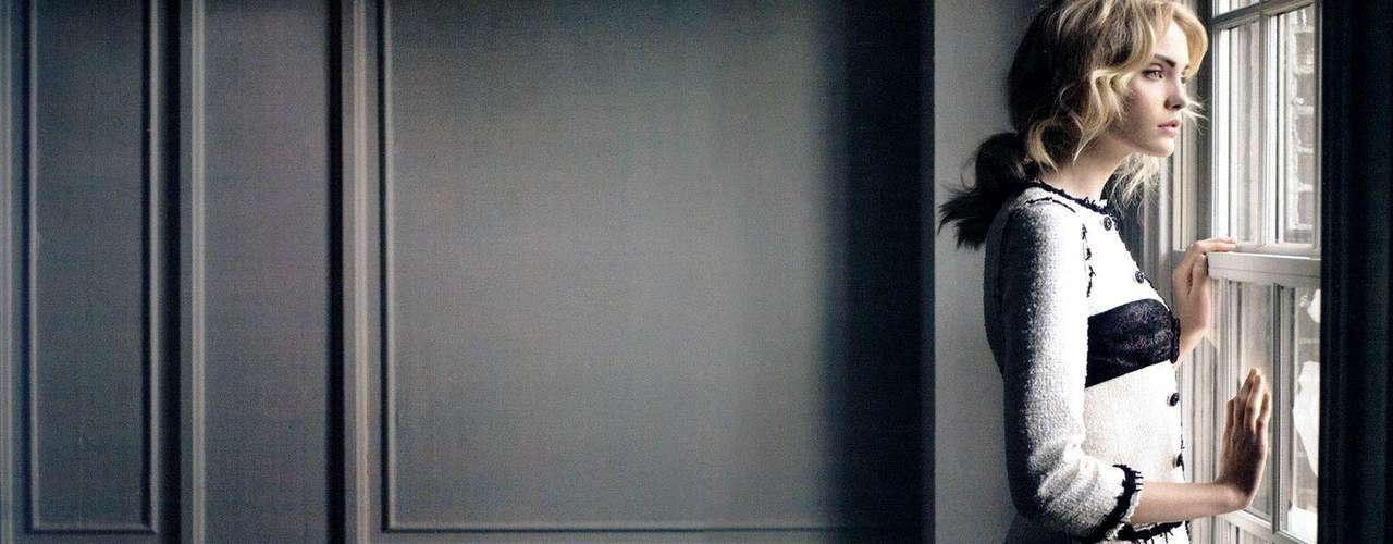 Chanel. Casa de modas parisina, creada en 1910 por la diseñadora Coco Chanel. Se especializa en diseñar y confeccionar artículos de lujo, como indumentaria de alta costura, lista para usar, bolsos, perfumes y cosméticos, entre otros. Ha sido utilizada por Catherine Deneuve, Nicole Kidman, Audrey Tautou, Natalie Portman, Jennifer Aniston, Scarlett Johansson, Kirsten Dunst y Vanessa Paradis.