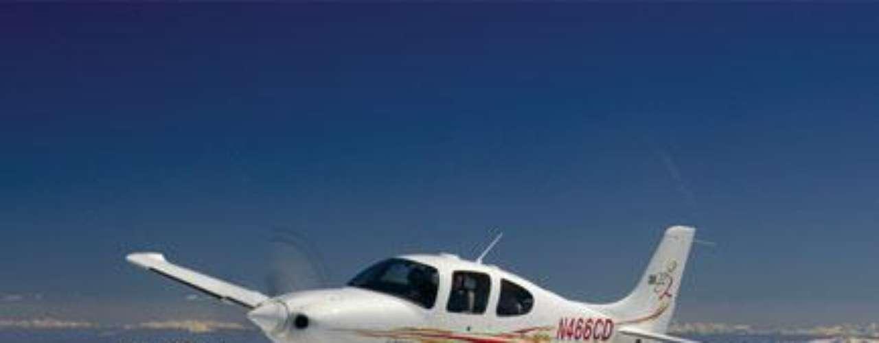 Cirrus Aircraft. Es un fabricante de aviones, fundada en 1984 por Alan Dale y Klapmeier. La empresa comercializa varias versiones de sus dos diseños de certificados: el SR20 y SR22.