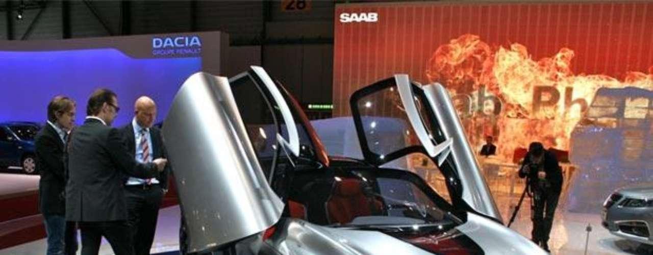 Koenigsegg. Es una pequeña empresa sueca fabricante de automóviles fundada en 1993 en la ciudad de Ängelholm. En la actualidad está dirigida por su fundador, Christian von Koenigsegg, que comenzó con la creación de su propio coche deportivo a los 23 años. En la compañía trabajan tan sólo 38 personas, con la colaboración de varias empresas, todas suecas.