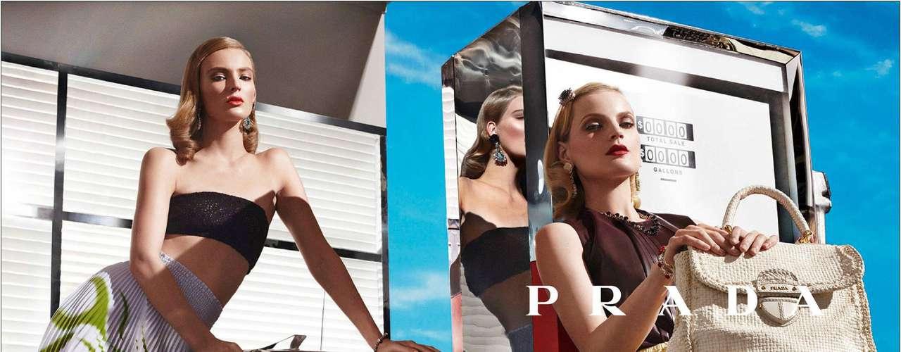 Prada. Firma italiana de moda. Fundada por Mario Prada en 1913, cambió con la llegada a la gerencia de Miuccia Prada, nieta del fundador, en 1978. Su primera colección fue presentada en 1989.
