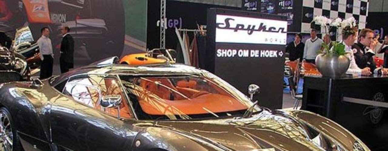 Spyker Cars. Es un constructor de vehículos artesanal holandés, no relacionada con la compañía del mismo nombre Spyker, que fue declarada en bancarrota en 1929. La compañía actual sólo tiene el permiso de usar la marca. Desde el año 2000 ha estado fabricando coches deportivos exclusivos.