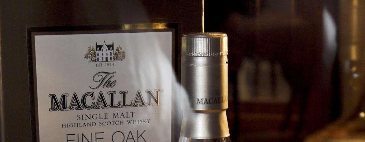 Macallan. Es una destilería de whisky escocés de malta. Está situada cerca de Easter Elchies House, en Craigellachie en la región de Speyside. Desde 2004, ofrece un whisky madurado en barricas de roble.