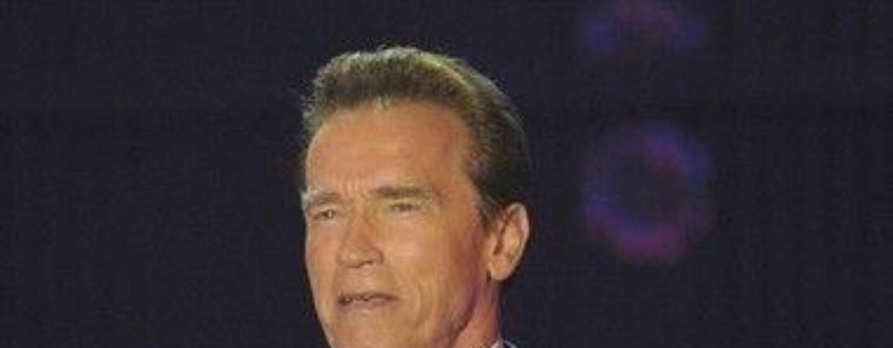 En 2011 el exgobernador de California, Arnold Schwarzenegger, se divorció de Maria Shriver tras 25 años de matrimonio tras darse a conocer que el político y actor le fue infiel con una exempleada doméstica hispana con la que también procreó un hijo. El escándalo fue un huracán en la prensa y la imagen de Schwarzenegger aún no se recupera.