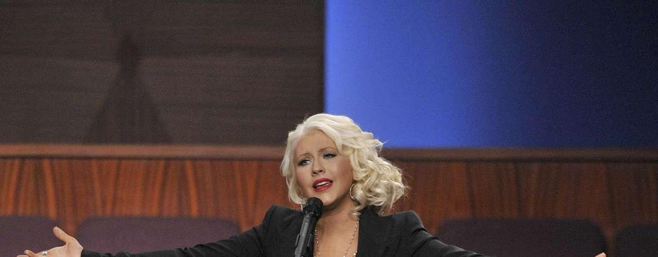 Christina Aguilera sufrió un accidente cuando cantaba para despedir a la gran estrella del soul y el jazz Etta James en su funeral, celebrado en California. Mientras Aguilera interpretaba una versión de \