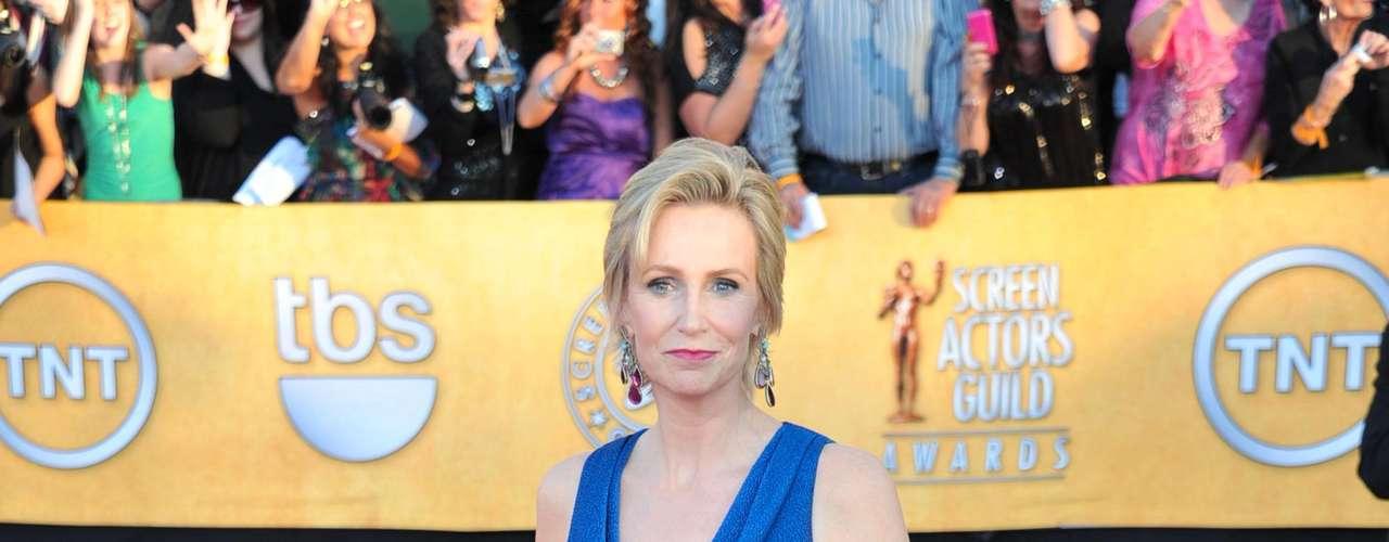Que acertada elección la de Jane Lynch con traje azul de David Meister Signature combinado con pendientes de Lorraine Schwartz. ¡Muy elegante!
