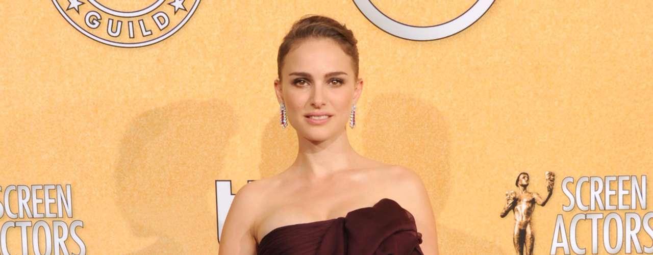 Natalie Portman llegó tarde pero pudimos captar su lindo estraple de Giambattista Valli con espectaculares rubíes de Harry Winston para sus pendientes .