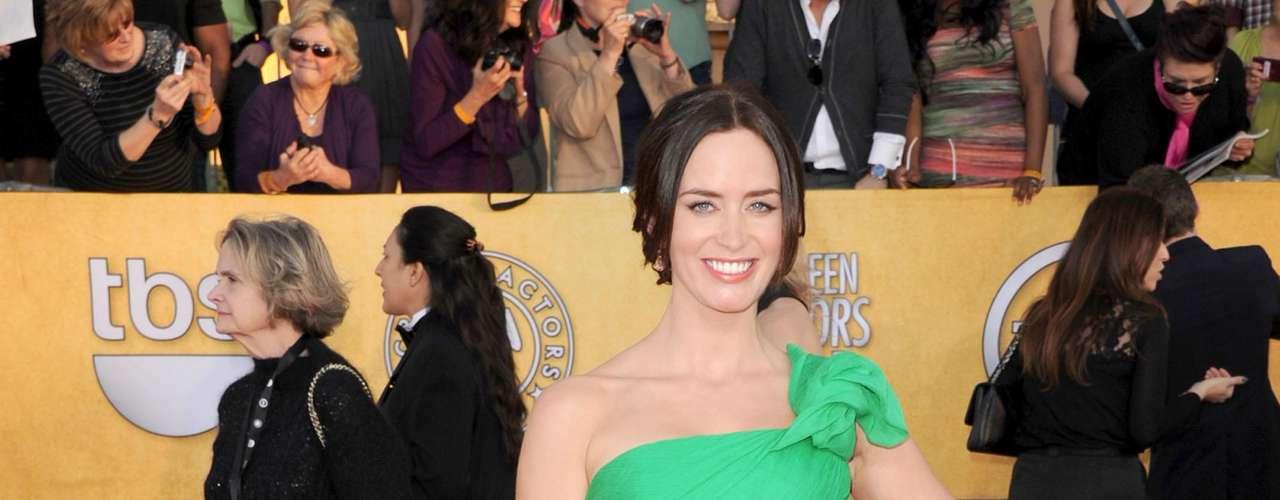 Emily Blunt eligió un traje esmeralda de John Krasinski, un tono ideal para su color de piel que la hizo única en esta entrega de premios. Lo combinó con unos labios muy rojos.