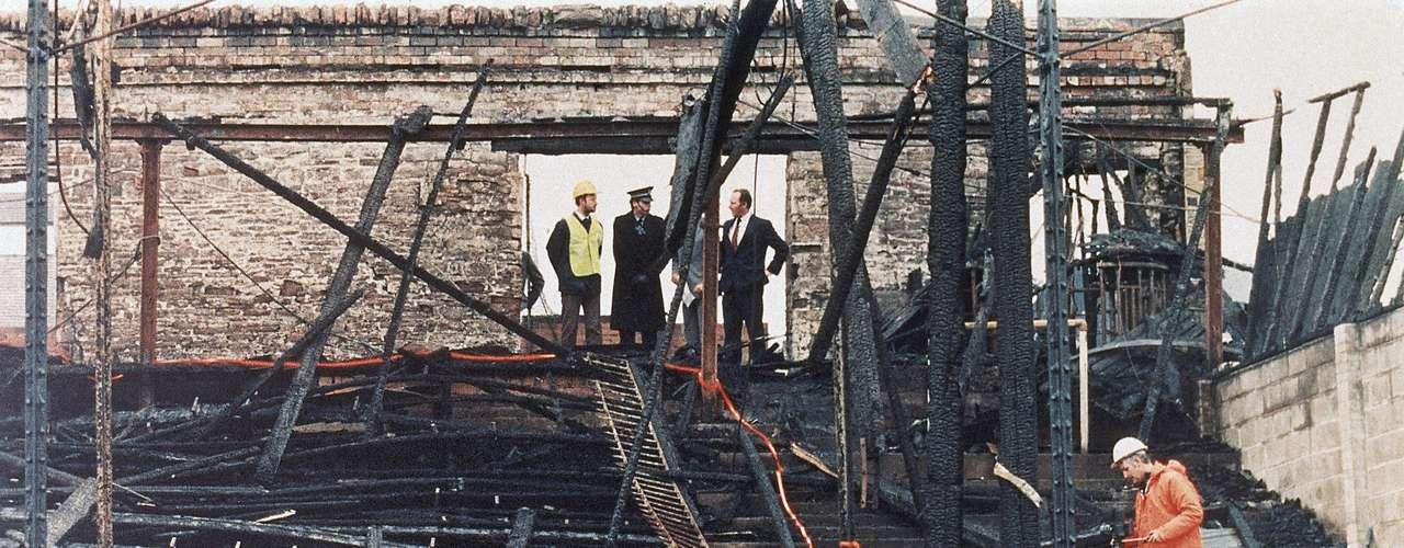 11 de Mayo del 1985- Bradford, Inglaterra: 56 personas mueren cuando un cigarrillo enciende las gradas de madera y quema toda la estructura. Gracias a la tragedia, se cambiaron no solo la creación de las gradas si no comenzó la prohibición de los cigarros en los estadios.