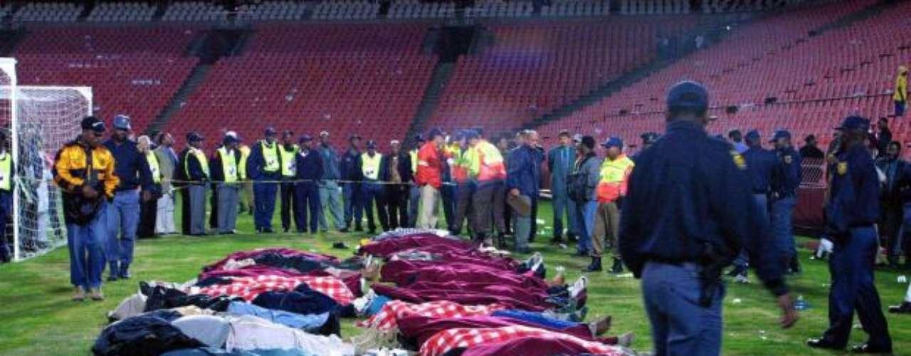11 de Abril, 20011- Johannesburgo, Sudáfrica: 47 personas mueren en el partido entre Kaizer Chiefs y Orlando Pirates en un estadio sobre capacidad. Personas fuera del estadio tratando de entrar a Ellis Park Stadium terminaron atorados contra el alambre de espino.