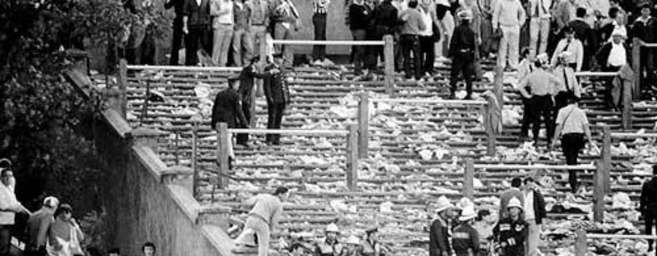 29 de Mayo de 1985: La tragedia del estadio de Heysel en Bélgica termina con 39 muertes cuando cae el muro separando a los hinchas de Liverpool y Juventus. Muchos muertos fueron aficionados neutrales que terminaron atrapados en el enfrentamiento de los dos equipos.