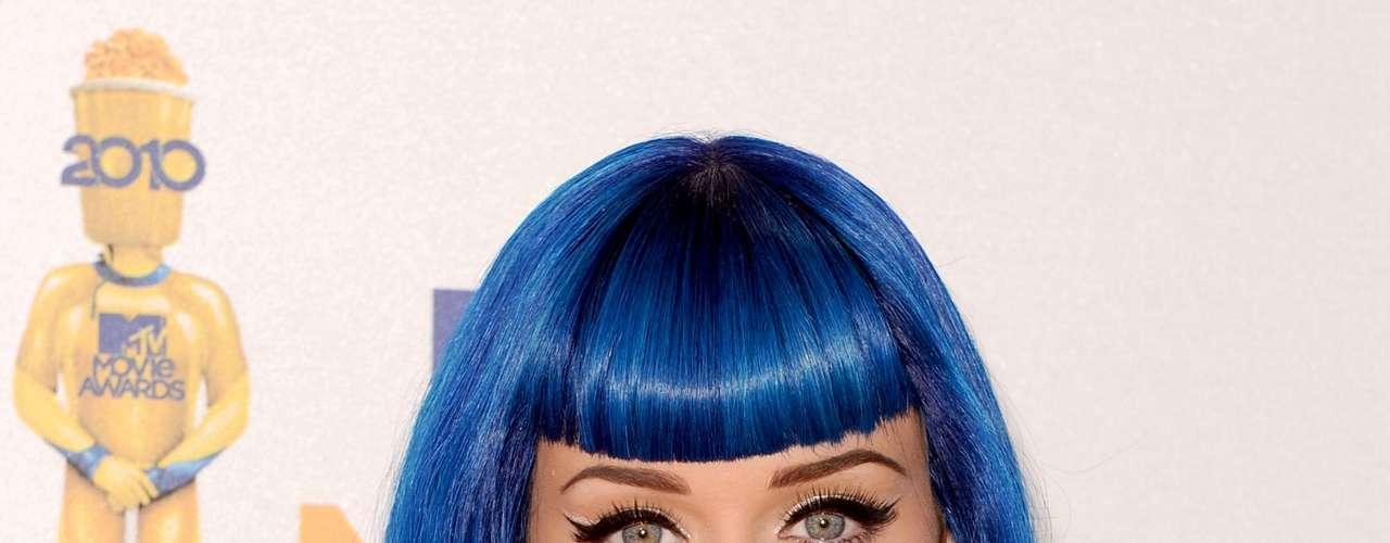 El azul intenso es uno de los colores que la ha hecho sobresalir, con un estilo en ondas marcadas y un flequillo bien poblado ¡Toda una diva!