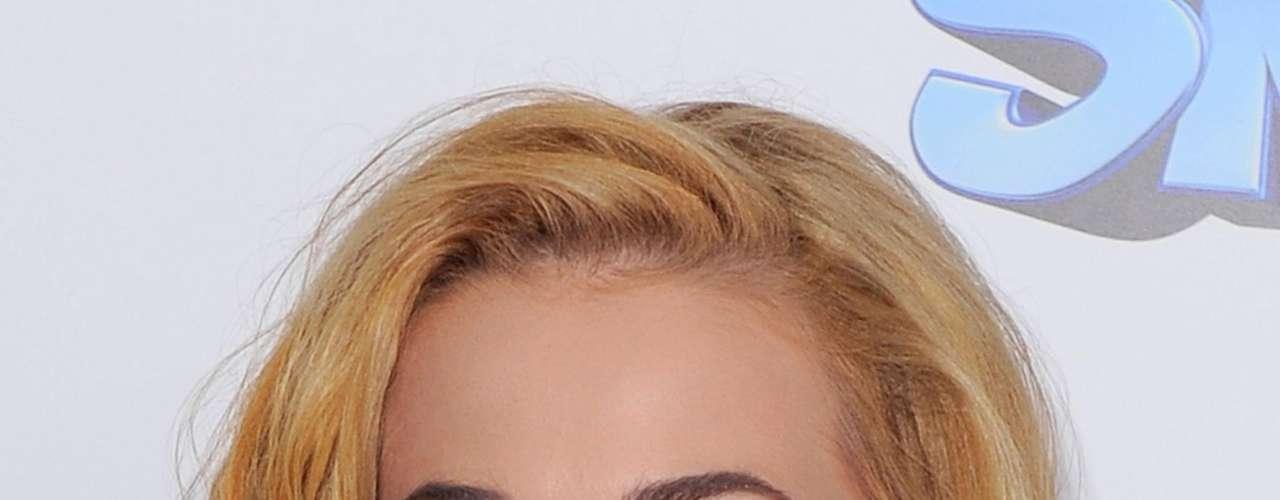 El rubio intenso en varias tonalidades fue otro de los colores escogidos por la celebridad con un peinado de medio lado y grandes ondas que caen a los costados.