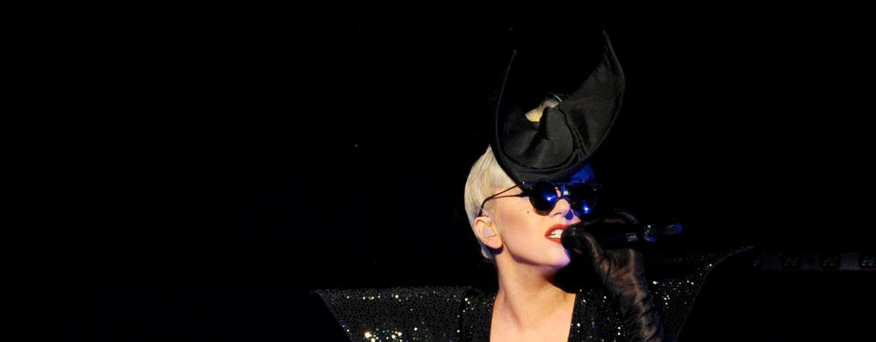 ¿Quién pensaría que la excéntrica Lady Gaga es tan chica? Apenas mide 1,54 m.
