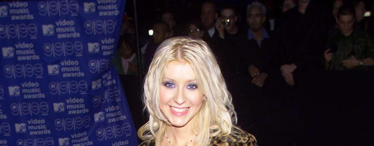 Así lucía en el año 1999.  La cantante Christina Aguilera ha sufrido una impresionante transformación a través de los años, en el que no sólo el rastro del tiempo ha dejado huella, sino también un cambio de imagen en su figura y forma de vestir.