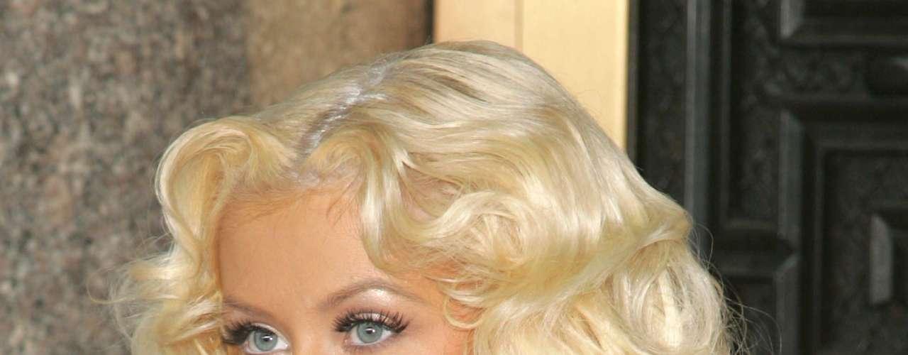 Así lucia en el año 2006.  La cantante Christina Aguilera ha sufrido una impresionante transformación a través de los años, en el que no sólo el rastro del tiempo ha dejado huella, sino también un cambio de imagen en su figura y forma de vestir.