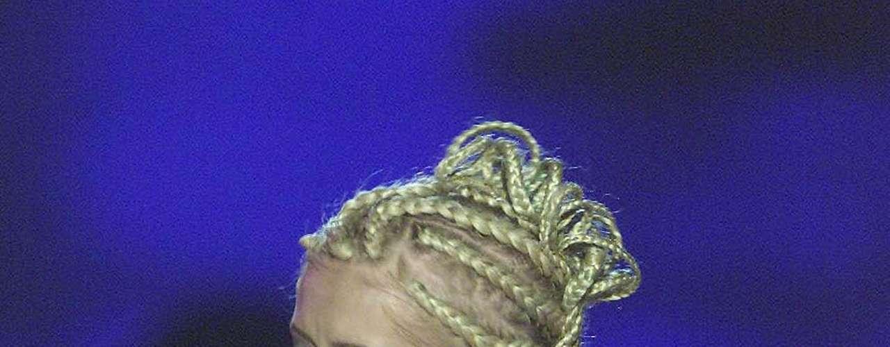 Así lucía en el año 2001. La cantante Christina Aguilera ha sufrido una impresionante transformación a través de los años, en el que no sólo el rastro del tiempo ha dejado huella, sino también un cambio de imagen en su figura y forma de vestir.