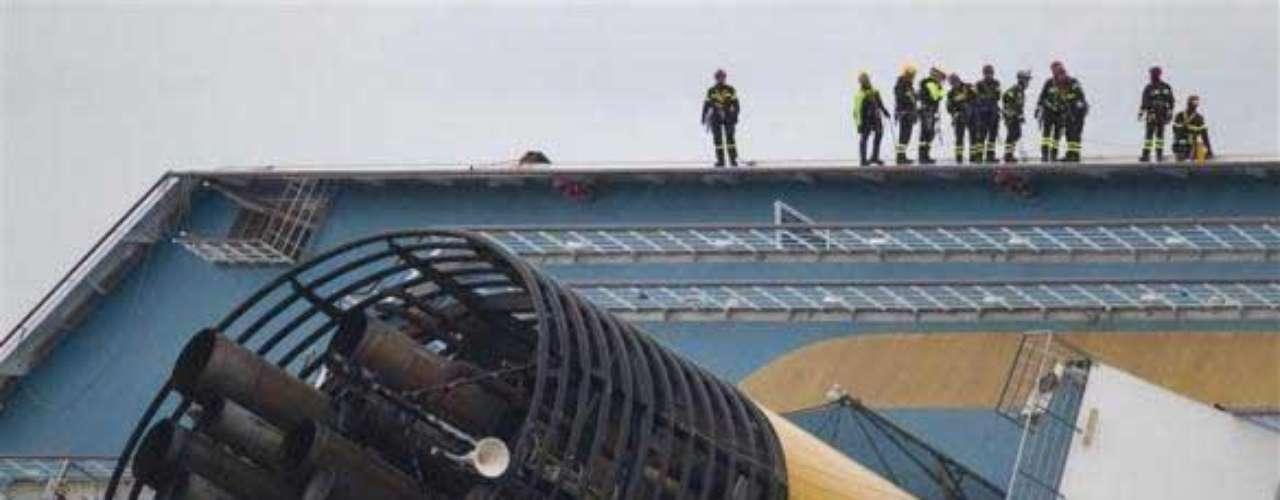 El crucero en sí vale 450 millones de euros (590 millones de dólares), pero eso no tiene en cuenta el valor de los objetos a bordo, dijo Costa Crociere SpA, la compañía italiana operadora del Concordia.
