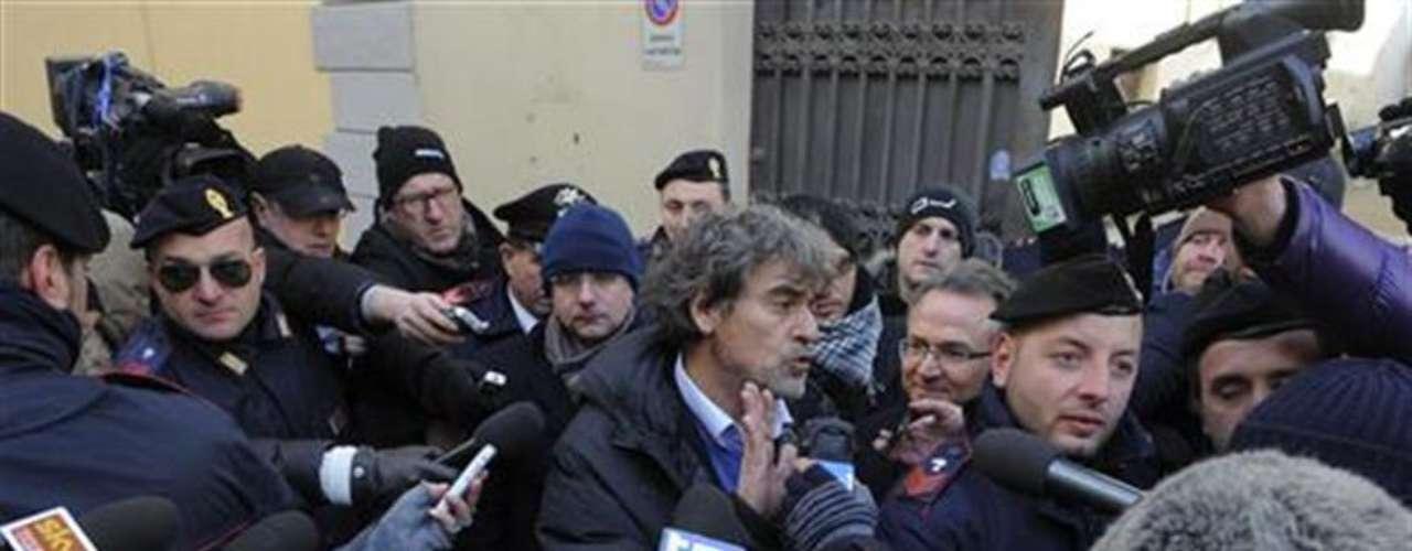 Bruno Leporatti, abogado del capitán del crucero Costa Concordia, Francesco Schettino, habla a los medios de comunicación después de dejar la corte de Florencia, 6 febrero, 2012.