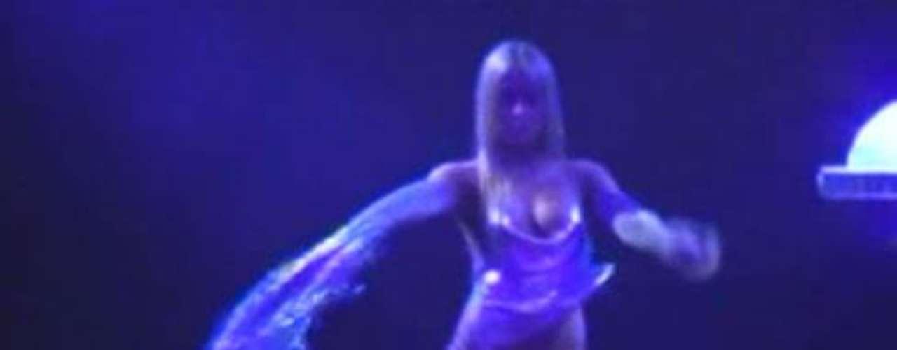 Años atrás fue la misma Maura Rivera quien protagonizó un baile en el que el top que llevaba puesto se le corrió, y dejó al descubierto su pezón. Pero esto no sólo le pasa a nuestras compatriotas, sino que también es motivo de bochorno entre las celebridades de Hollywood. Acá te invitamos a que veas algunas.