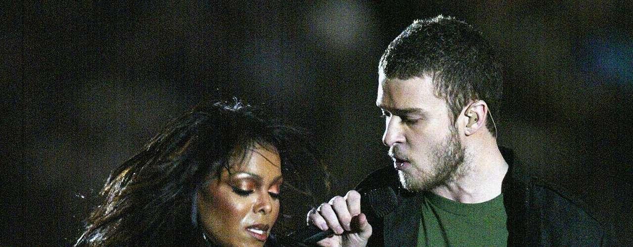 Cómo olvidar cuando en el Super Bowl, rasgó la parte del traje que cubría el seno izquierdo de Janet Jackson.