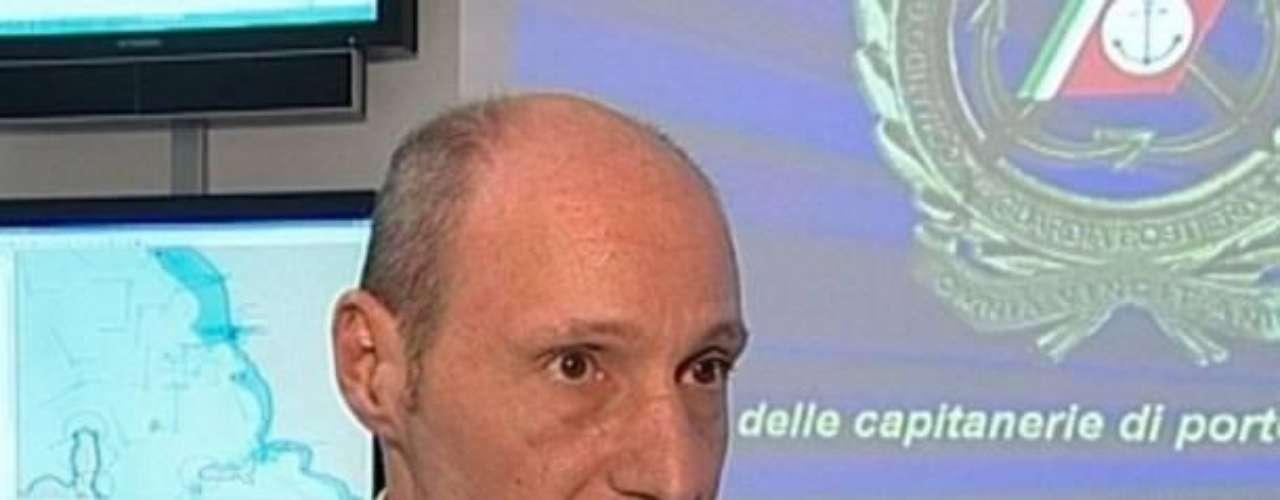 El mundo no olvidará la discusión entre el comandante Gregorio De Falco, de la capitanía de Livorno, con el capitán del Costa Concordia, Francesco Schettino, que escapó del crucero antes de la evacuación de miles de personas, fue escuchada por todo el mundo. Abandonar es más que desertar, es traicionar el Código Marítimo, dijo De Falco.