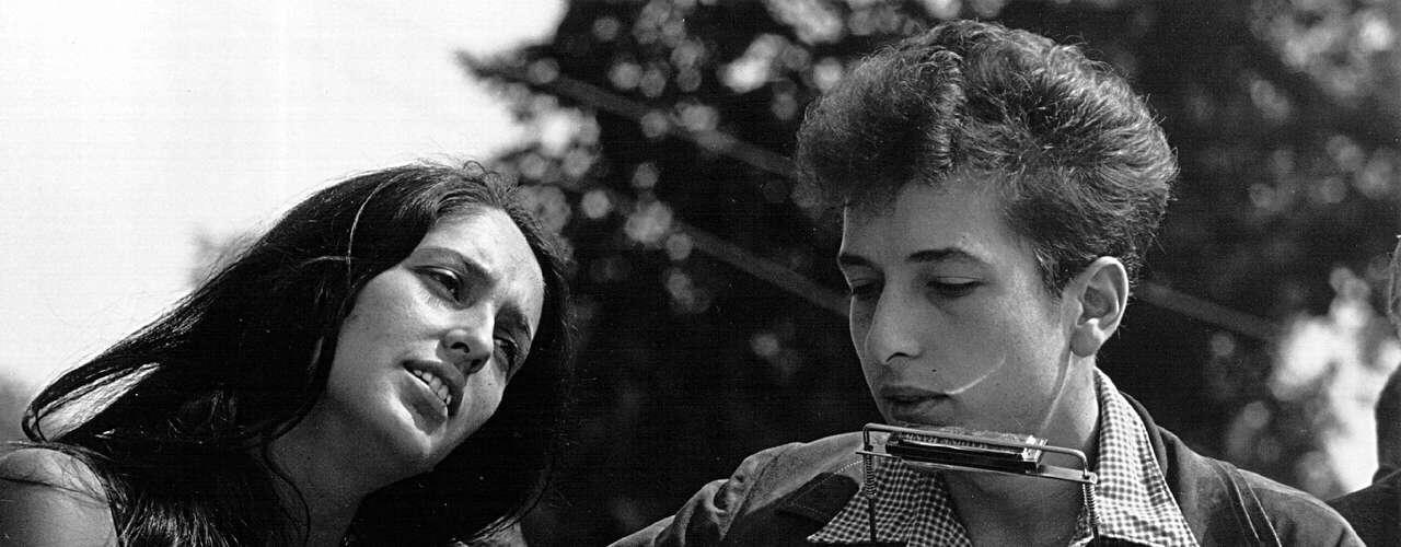Joan Báez - Bob Dylan: La cantante de folk apoyó en los inicios de su carrera musical al joven Bob Dylan. A parte de su relación profesional, Báez y Dylantuvieron un noviazgo que duró2 años. Ganaron el titulo del rey y la reina de la canción protesta. Finalmente cada uno hizo su vida aparte, formando una familia con sus respectivas parejas.
