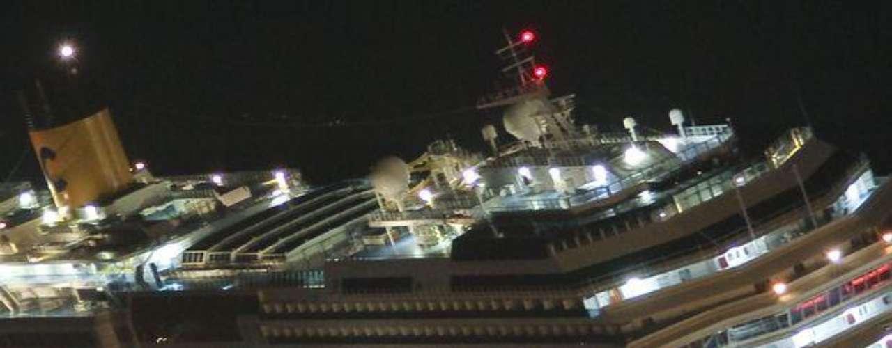 Fotografía tomada el 13 de enero de 2012 a las 22.35 GMT cuando las personas abandonaban el crucero Costa Concordia después de encallar en la costa de la isla de Giglio, en Italia.