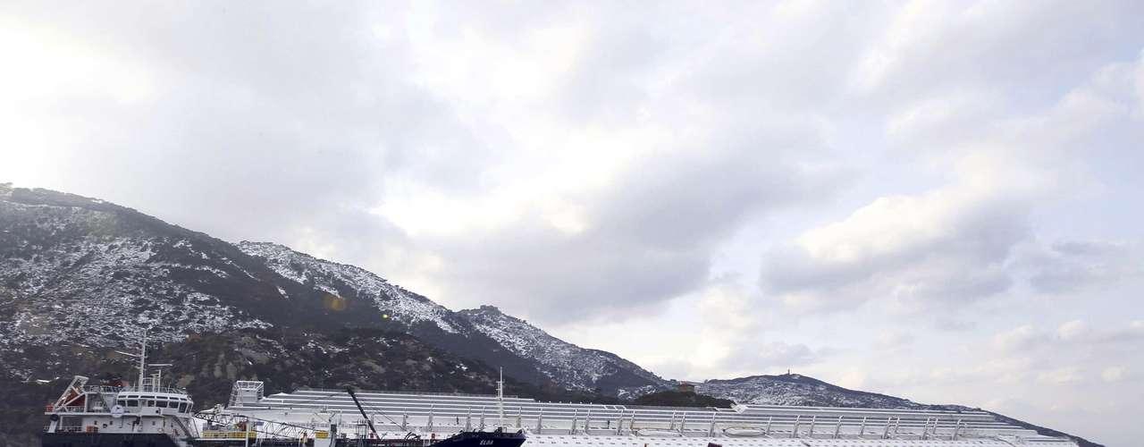 Las operaciones de salvamento y rescate en el Costa Concordia enfrentan un nuevo obstáculo debido a las nevadas poco comunes que se registran en la isla de Giglio, que obligaron a detener los servicios de ferry de Porto Santo Stefano a la isla.