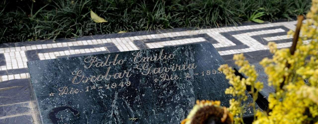 La ruta, que se realiza en camionetas de transporte escolar, reconstruye los últimos días de la vida de Escobar mientras la guía turística, Natalia Buitrago, relata la historia del fundador del Cartel de Medellín.