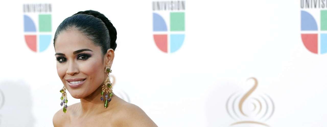 Karla Martínez - Se vienen los Premios Lo Nuestro A La Música Latina y para ir calentando el ambiente te traemos los escotes más llamativos  y sensuales que han llevado las espectaculares féminas a través de los años en su paso por la alfombra roja en la gran fiesta de la música latina.