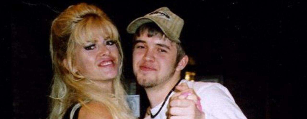 El 10 de septiembre de 2006, Daniel Wayne Smith fue hallado muerto debido a una sobredosis accidental de metadona. El joven había robado las drogas a la propia Anna Nicole.