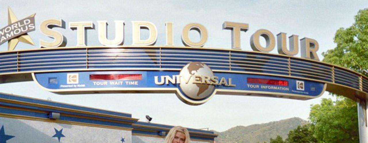 Anna Nicole Smith a las afueras del famoso parque temático de los estudios Universal.