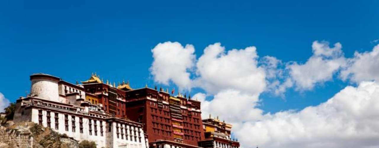 En Lhasa, Tibet, es posible llegar hasta el famoso Palacio de Potala. Practicar senderismo es una disciplina que requiere mucha resistencia y constancia.