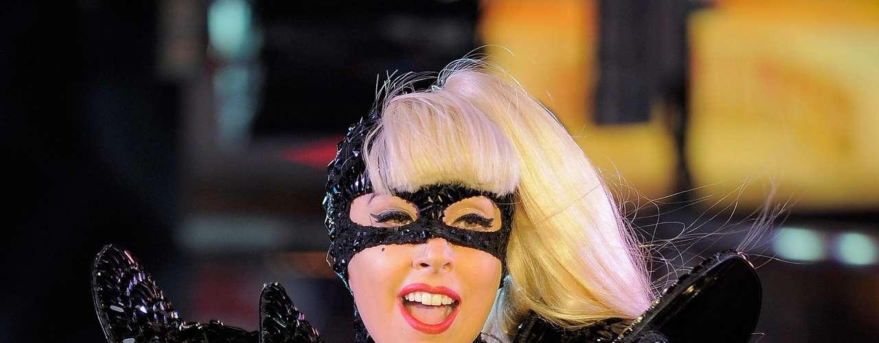 Lady Gaga: La interprete de 'Born this way' ha sido motivo de polémica por varias fotografías publicadas en la red. Una de ellas la muestra besando a una mujer, mientras que en otras se ve en bastante cariñosa con una de sus amigas.